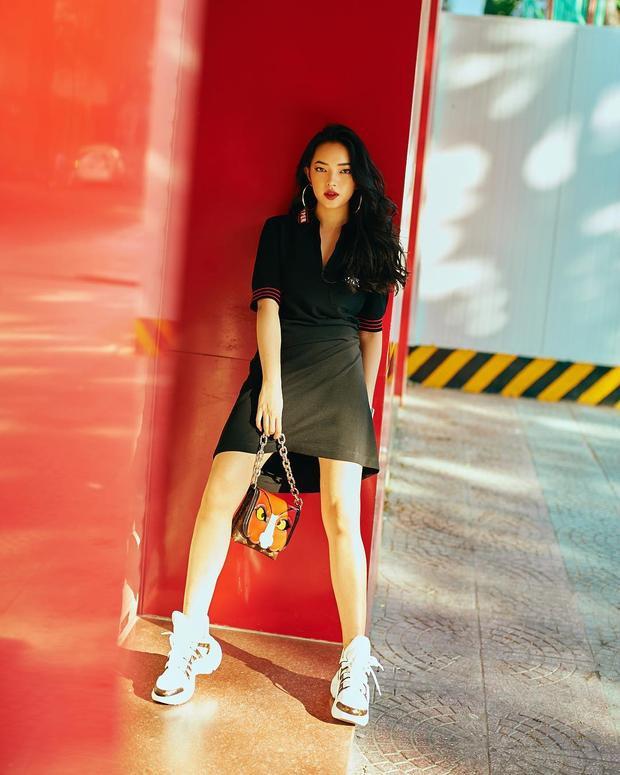 Chiếc váy đơn giản nhưng được làm nổi bật bởi cách phối cả combo giày và túi của Gucci đem lại cho Châu Bùi vẻ thời thượng, sang chảnh đáng thèm.