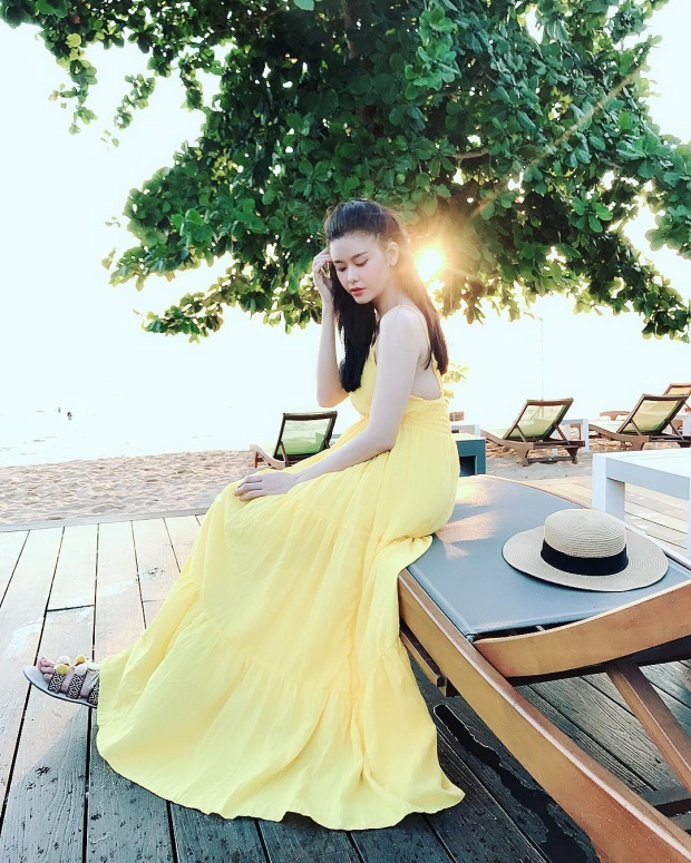 Trương Quỳnh Anh thả dáng cùng đầm vàng dài phủ gót, rực rỡ như màu nắng.