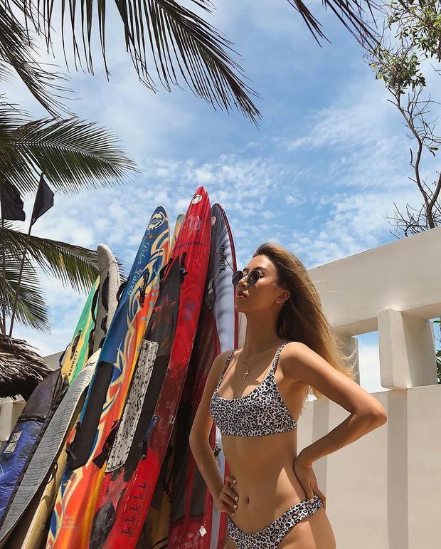 Quỳnh Anh Shyn bắt nhịp mùa hè khi chưng diện bộ bikini họa tiết da động vật khá ấn tượng. Nàng fashionista cũng mix cùng phụ kiện kính mát tròn khá retro, đem lại vẻ ngoài cá tính.