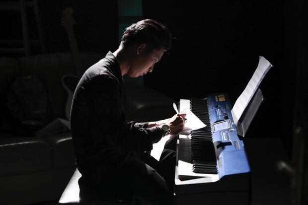 Từng gây chú ý tại vòng ghi âm với ca khúc Con tha thứ cho mẹ, Phạm Hoàng Duy tiếp tục trở lại với ca khúc tâm trạng Trầm cảm.