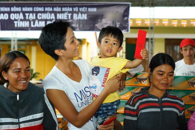 HHen Niê nhiệt tình quyên góp từ thiện, Hoàng Thuỳ chạy bộ cùng người dân gây quỹ hướng nghiệp