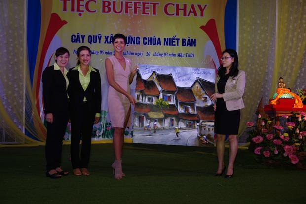 Bức tranh có chữ ký của Top 3 Hoa hậu Hoàn vũ Việt Nam 2017 được đấu giá 100 triệu đồng.