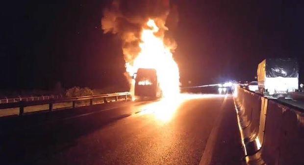 Xe khách bốc cháy dữ dội trên cao tốc TP.HCM -Trung Lương