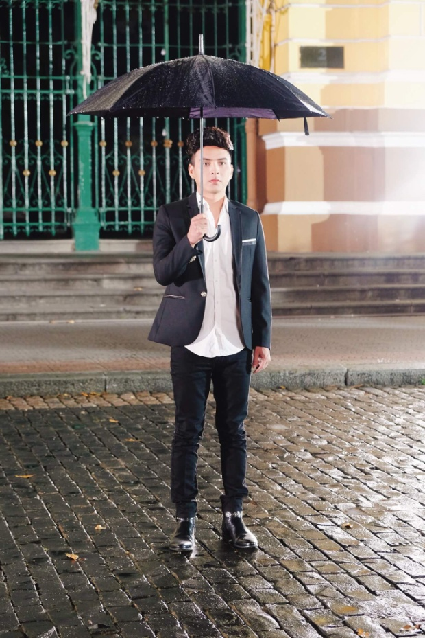 Hồ Quang Hiếu chia sẻ anh quyết định tung MV Saigon mưa rơi phiên bản Việt vì phiên bản trước có thể mọi người sẽ không hiểu hết nội dung truyền tải trong ca khúc.