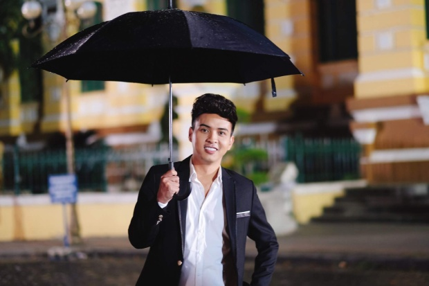 """Hồ Quang Hiếu xuất hiện với hình ảnh một anh chàng lãng tử trong trang phục đen đầy """"quyền lực""""."""
