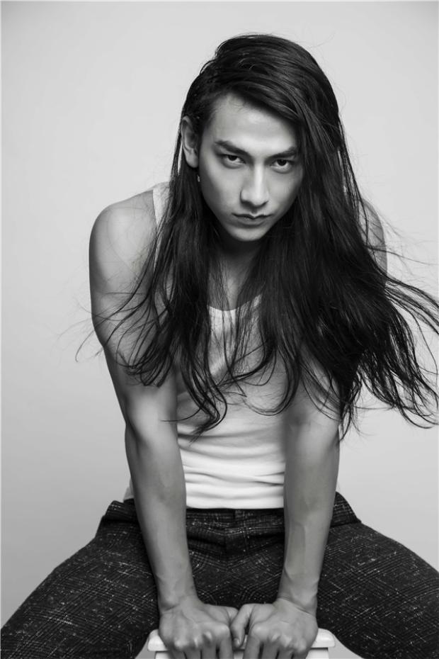 Để hóa thân vào vai diễn Thái tử Hiếu Long trong phim Tấm Cám - Chuyện chưa kể, Isaac đã phải mất 3 tháng nuôi tóc dài và nối thêm tóc.