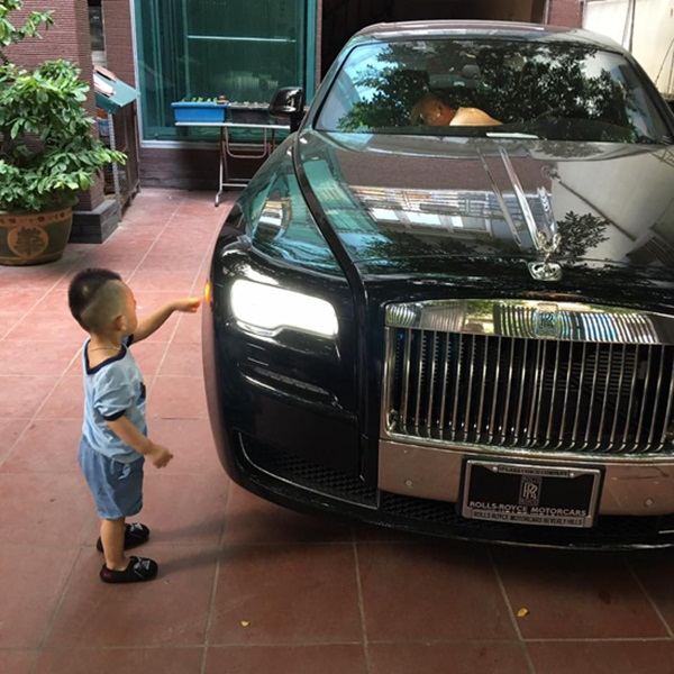 Con trai của Ngọc Thạch bên món quà Trung Thu từ bố mẹ - siêu xe có giá trị lên đến 40 tỷ đồng.
