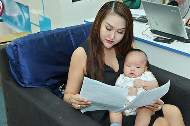 Nữ diễn viên Phi Thanh Vân cũng không kém cạnh khi mua hẳn bảo hiểm 10 tỷ đồng cho con trai cưng. Ngoài ra cô còn xây nhà triệu đô để dành tặng bé yêu của mình.