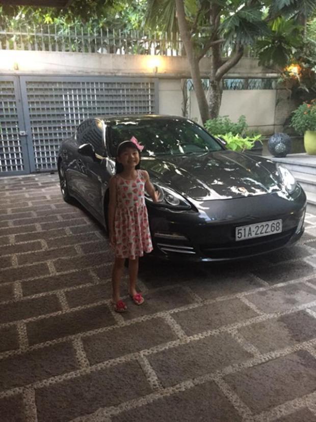 Và để con gái cưng được thoải mái khi đi học hay ra ngoài, nam diễn viên đã mua tặng cô bé chiếc xế sang thuộc dòng Porsche Panamera 4 có giá trung bình khoảng 5 tỷ đồng.