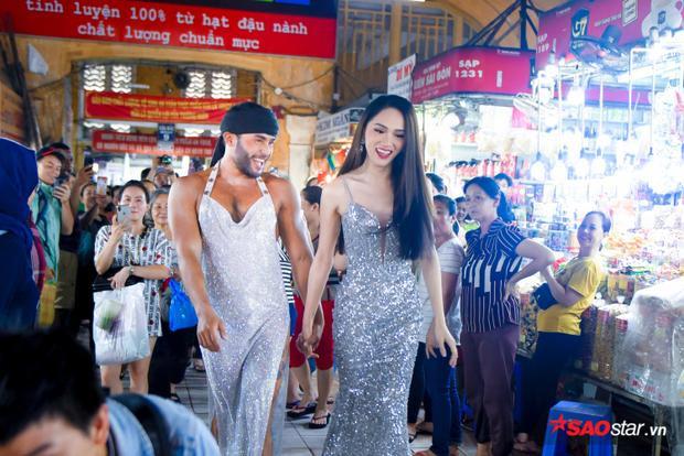 Hoa hậu Hương Giang tiết lộ lý do kéo Sinon Loresca tất tả chạy khỏi chợ Bến Thành dưới mưa
