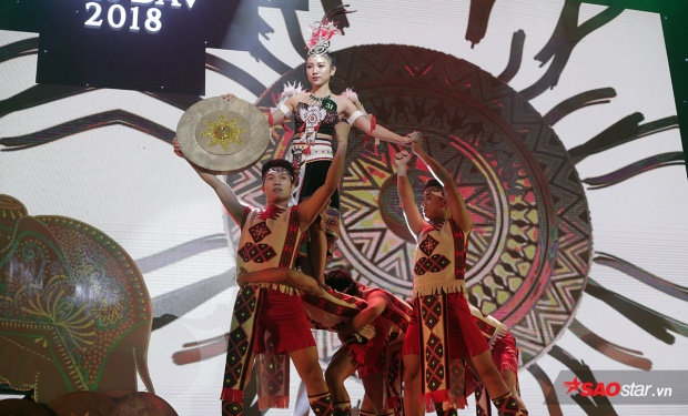 Bốc thăm được chủ đề về tỉnh Đắk Lắk, Hoa khôi ảnh Nguyễn Linh Chi vào vai người phụ nữ dân tộc Ê - đê mạnh mẽ, quyền lực.