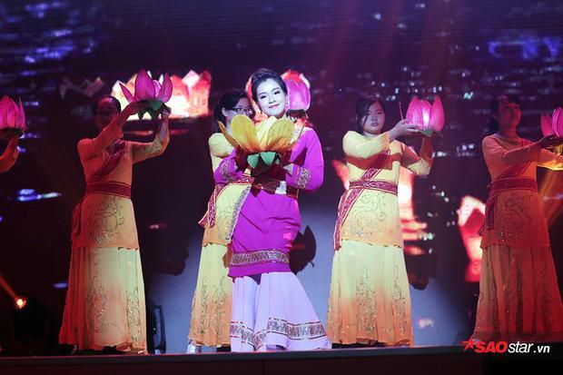 Phùng Hồng Ngọc thể hiện điệu múa truyền thống của người dân tộc Chăm - Khánh Hòa.