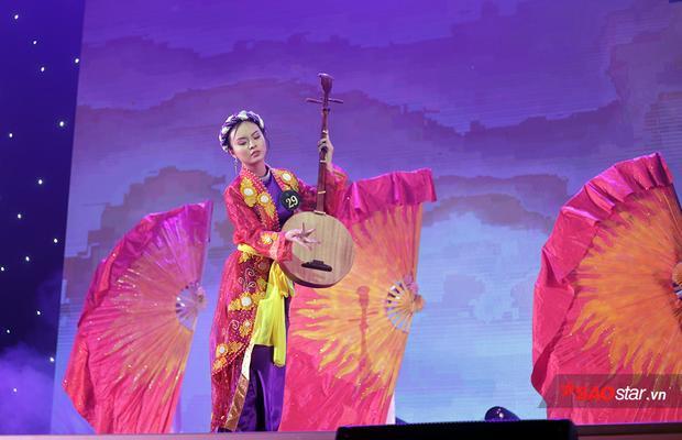 Để thể hiện trọn vẹn những nét văn hóa của tỉnh Bạc Liêu, Trần Hoàng Dung lựa chọn ca khúc Dạ cổ hoài lang nổi tiếng.