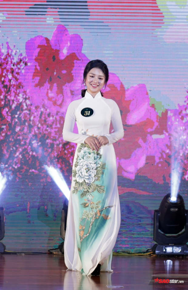 Hoa khôi ảnh Nguyễn Linh Chi
