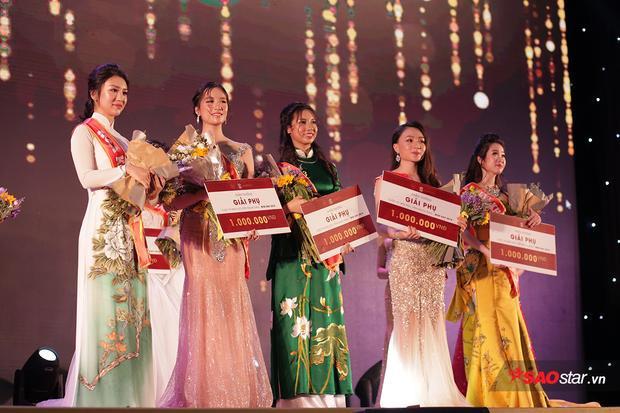 Top 5 cô gái lọt vào phần thi ứng xử bằng tiếng Anh của cuộc thi.