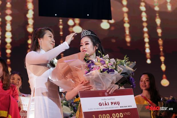 Khoảnh khắc Thùy Dương nhận vương miện hoa khôi từ Hoa hậu Ngô Phương Lan