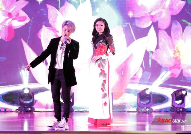 Miss Tài năng Hoàng Lê Mỹ Uyên sánh đôi cùng ca sĩ Vũ Cát Tường trong phần thi trang phục áo dài