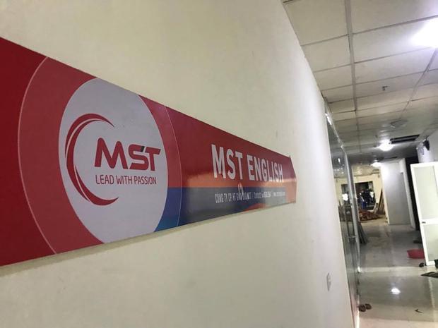 Biển chỉ dẫn Trung tâm MST English tại tầng 3, toà nhà B, 197 Trần Phú, Hà Đông.