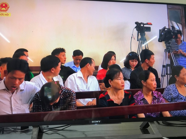 Rất đông người đến xem phiên xét xử.