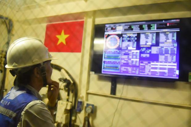 Các kỹ sư giám sát của nhà thầu theo dõi qua màn hình tại phòng điều khiển trung tâm đặt trong đường hầm, các bộ phận liên lạc thường xuyên với nhau để đảm bảo vận hành ăn ý trong quá trình thi công.