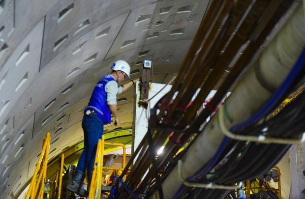 Kỹ sư vận hành siêu robot BTM liên tục kiểm tra các thông số của máy.