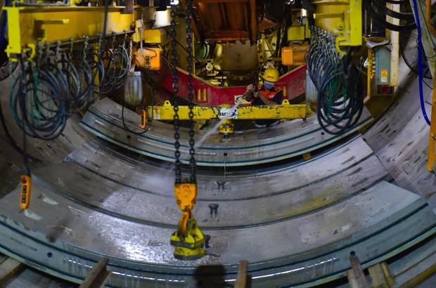 Trước khi được lắp đặt vào vị trí, những khối kiện vỏ hầm bằng bê tông nặng tới 2,5 tấn sẽ được công nhân làm sạch bằng nước.