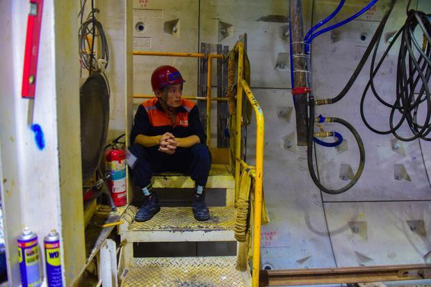 Đôi phút nghỉ mệt của công nhân lắp những khối bê tông vỏ hầm.