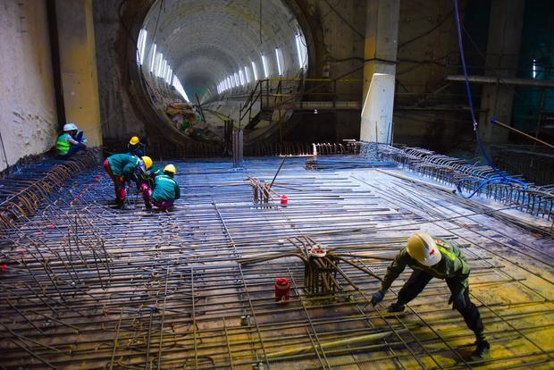 Công nhân đang thi công phần nền tầng hầm của nhà ga Ba Son, nơi đang đào tuyến đường hầm Ba Son - Nhà hát Thành phố.