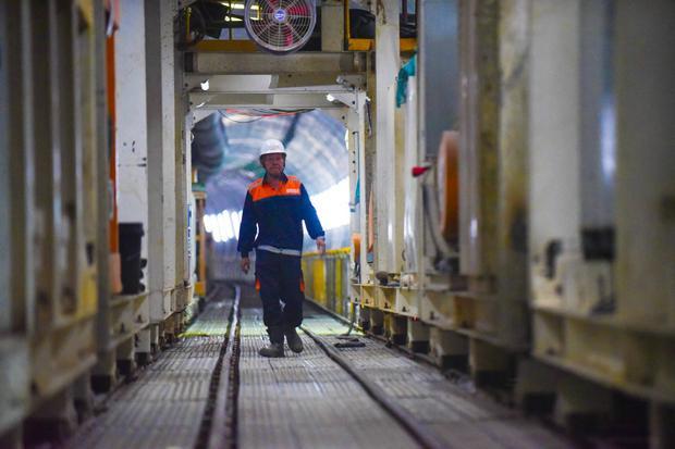 """Ts. Phan Hữu Duy Quốc - Phó Trưởng đại diện dự án hạ tầng, Tập đoàn Shimizu, cho biết: """"Đường hầm thứ 2 này nằm ở độ sâu khoảng chừng 10 m dưới lòng đất, theo tính toán sẽ ảnh hưởng đến các công trình xung quanh vì vậy việc đào phải thận trọng, quá trình thi công sẽ quan trắc liên tục để điều chỉnh cho an toàn nhất""""."""