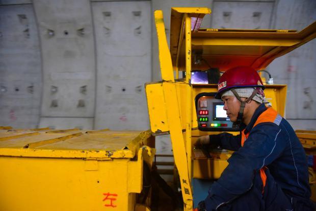 Mỗi ngày, công nhân thi công trong hầm liên tục 24/24 để hoàn thành kịp tiến độ trong khoảng 12-15/6.
