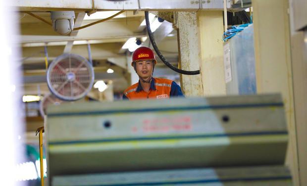 Những khối bê tông nặng 2,5 tấn, dài 3,5m, dày 30cm được công nhân đưa vào bằng đường giây chạy dài suốt tuyến hầm.