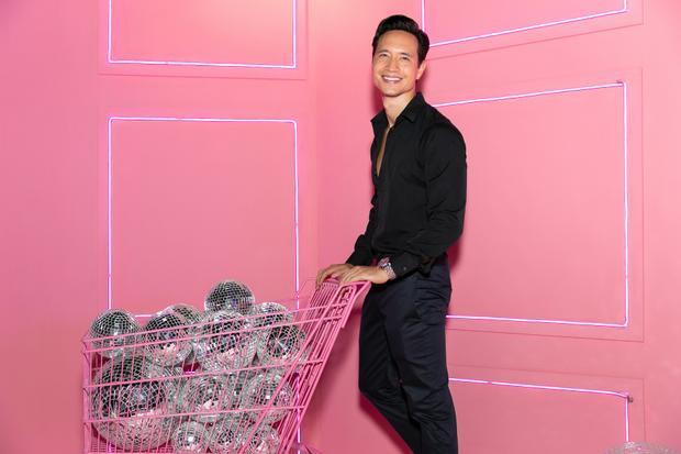 Diễn viên Kim Lý khá bảnh bao trong chiếc áo sơ mi đen đơn giản.