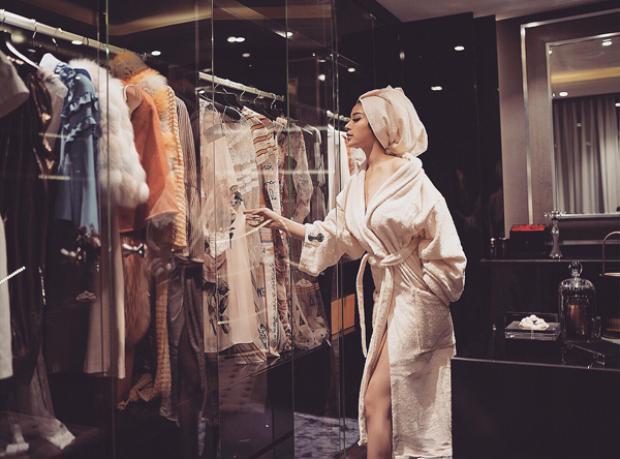 """Huyền Baby vừa tiết lộ căn phòng chuẩn """"Rich Kid"""" với tủ quần áo đầy ắp các thương hiệu lớn và cách bày trí căn phòng sang trọng."""