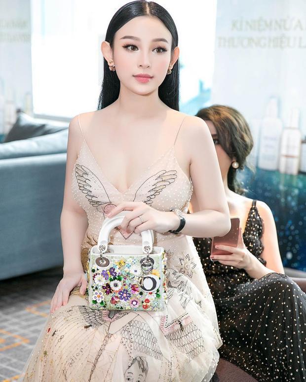 """Độ """"chịu chơi"""" của Huyền từng gây xôn xao khi chi 3 tỷ cho chiếc đồng hồ để đi dự một sự kiện. Kèm theo đó, cô chọn váy Dior giá 18.000$ (gần 410 triệu VND), túi xách giá 8.000$ (hơn 180 triệu VND)."""