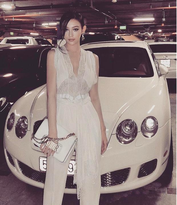 """Sở thích của Huyền là diện cả """"cây"""" hàng hiệu. Điển hình trong bức hình này, cô xuất hiện sang chảnh trong set Givenchy và túi J'aditor."""