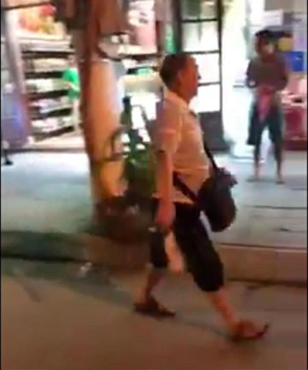Một vị khách Trung Quốc cầm dao đe dọa chém nhân viên nhà hàng. Ảnh cắt từ clip.