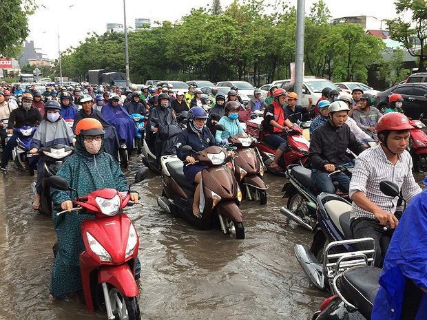Giao thông hỗn loạn tại khu vực gần giao lộ với đường Điện Biên Phủ do nhiều xe chết máy. Nhiều người thấy ngập quay đầu xe khiến khu vực này trở nên hỗn loạn. Ảnh: N.THẮNG