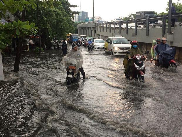 Chân cầu Nguyễn Hữu Cảnh, chỉ sau 15 phút khu vực này ngập hơn nửa bánh xe máy. Ảnh: N.THẮNG