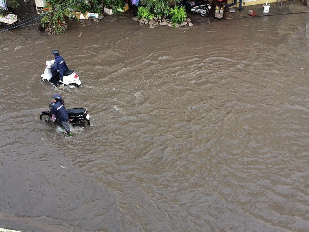 Hàng loạt xe máy, ô tô chết máy khi lưu thông hai chiều qua đường Nguyễn Hữu Cảnh. Ảnh: N.THẮNG