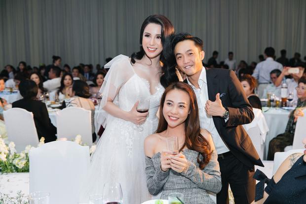 Cả hai vui vẻ trong tiệc cưới của Diệp Lâm Anh.