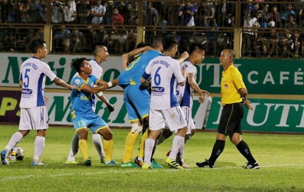 Cầu thủ HAGL phản ứng gay gắt với trọng tài Nguyễn Văn Kiên ở gần cuối trận đấu. (Ảnh: Thanh niên