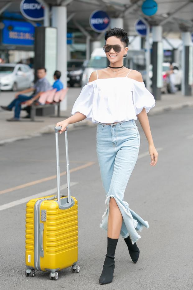 Trong trang phục năng động, Hoa hậu Hoàn vũ Việt Nam háo hức lên đường sang New Zealand.