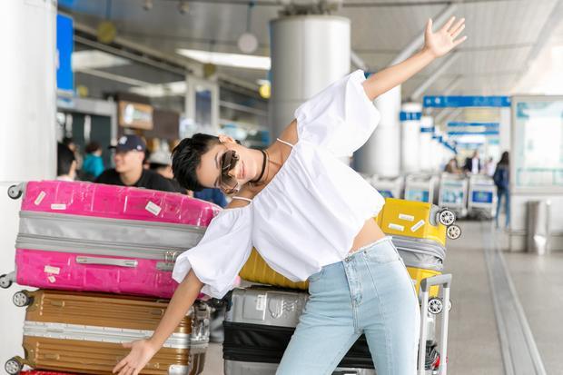 H'Hen Niê tinh nghịch tại sân bay.