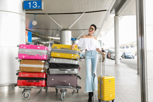 Cô mang theo 7 vali hành lý sang nước bạn.