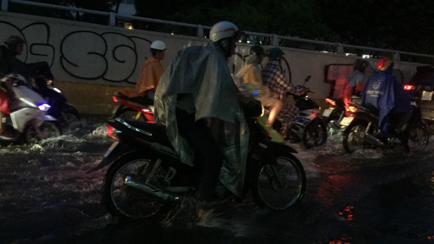 Qua tuyến đường ngập Nguyễn Hữu Cảnh xe máy nam thanh niên bị chết máy.