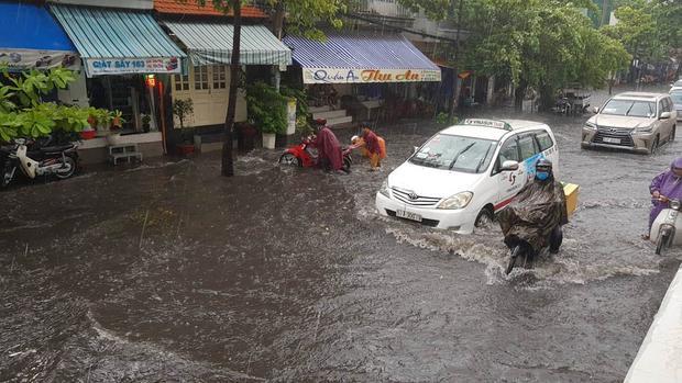 Khu vực chân cầu Thủ Thiêm có nước chảy khá xiết gây khó khăn cho người đi xe máy. Ảnh: Vietnamnet.