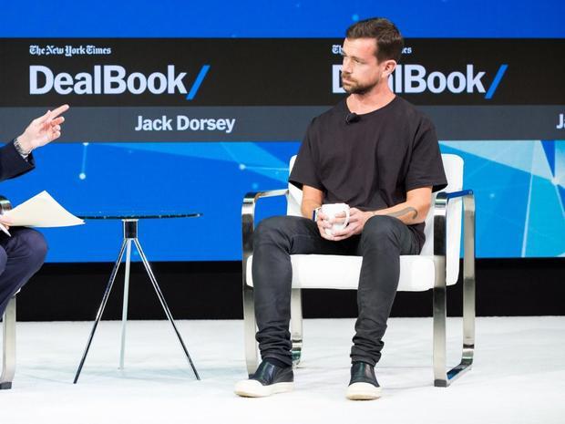 Jack Dorsey là Giám đốc điều hành của cả Twitter và Square, ông có phong cách thời trang đường phố. Dorsey thường mang những đôi giày thể thao Rick Owens có giá gần 1.000 USD. Nhưng bạn có thể diện phong cách này với 145 USD.