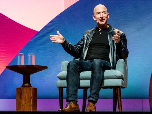 Giám đốc điều hành Amazon, Jeff Bezos có phong cách thời trang bắt mắt với áo khoác da, quần jean cùng giày Oxford thời trang.