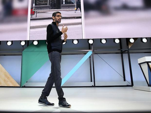 Sundar Pichai là CEO của Google, ông thường chọn áo jacket, quần jean và giày thể thao của Lanvin với giá 500 USD.