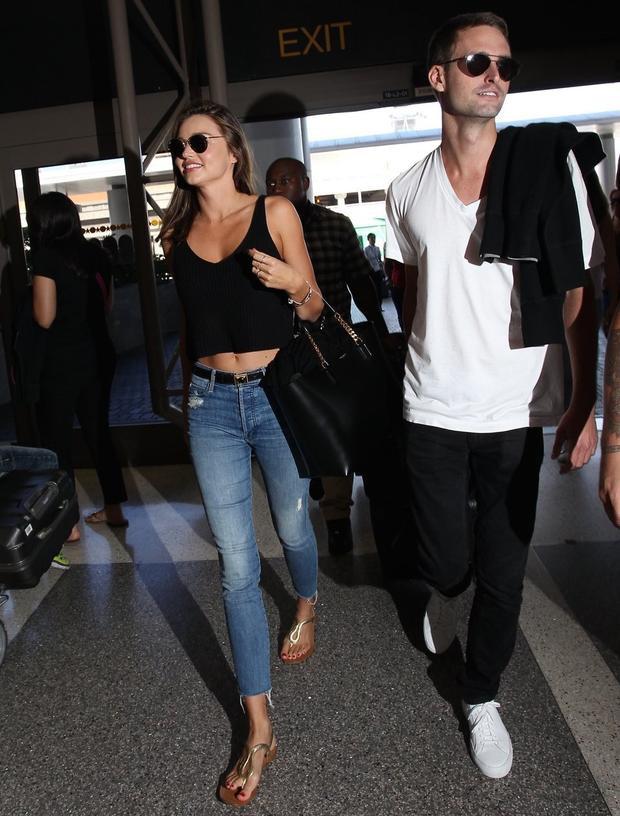 CEO Snapchat, Evan Spiegel thường xuất hiện với áo phông cổ chữ V màu trắng 60 USD, giày thể thao 410 USD và quần jean đen. Nhưng bạn có thể mua toàn bộ set đồ này với 150 USD.